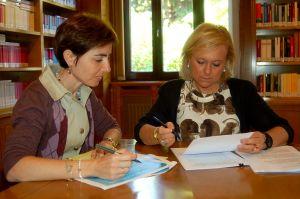 Emma Ramos y Mercedes Fernández, en la Junta General.