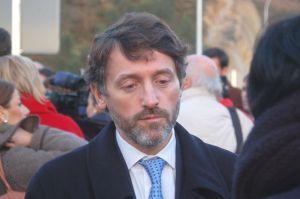 Matías Rodríguez Feito, en el exterior del Parlamento, con familiares de usuarios del ERA.