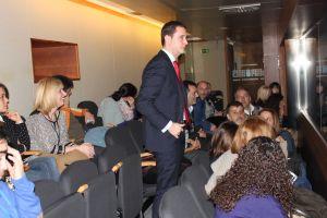 Gonz�lez Medina, en la tribuna de invitados de la Junta, con padres de la red educativa concertada.