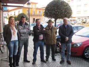 Luis Venta y Marif� G�mez, en Arriondas, con representantes de pescadores y hosteleros.