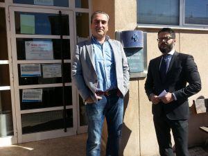 Carlos Su�rez y Gerardo Antu�a, frente al consultorio.