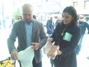 Luis Venta y Beatriz Polledo, en el mercado de Pola de Siero.
