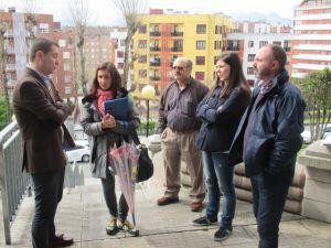 David Gonz�lez Medina, con padres de alumnos de Oviedo.