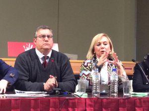 Mercedes Fern�ndez, durante su intervenci�n, junto al moderador Carlos Cuesta.