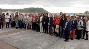 Susana L�pez Ares, con un grupo de mujeres del Oriente en Ribadesella,