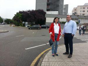 Susana L�pez Ares y Carlos Su�rez, junto al Hospital de Cabue�es.