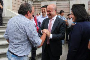 Luis Venta, con ganaderos, en el exterior de la Junta General.