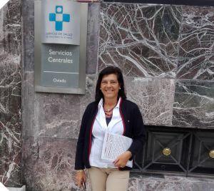 Carmen P�rez Garc�a de la Mata, ante la sede del Sespa, en Oviedo.