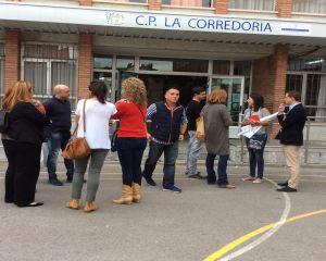 David Gonz�lez Medina, con padres afectados por los barracones de La Corredoria I.