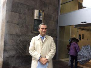 El diputado Carlos Suárez, frente al centro de salud Puerta de la Villa, en Gijón.