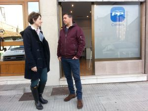 Miguel Amado y Emma Ramos, junto a la sede del PP de Corvera.