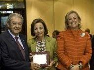 Mercedes Fernández, junto a Claudio Fernández Junquera y Ángeles Fernández-Ahúja.