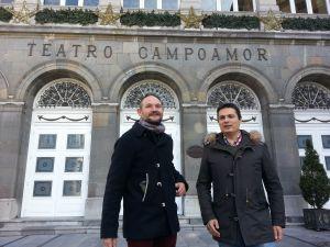 Ignacio Díez y Pedro de Rueda, frente al Teatro Campoamor de Oviedo.