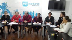 El diputado Carlos Suárez, en su reunión con los representantes del PP en las cuencas del Caudal y del Nalón.