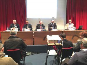 Luis Venta, junto a los ponentes, inauguró la jornada en la Casa de Cultura de Avilés.