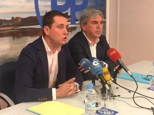 González Medina, con el presidente del PP de Gijón, en la sede de la junta local.