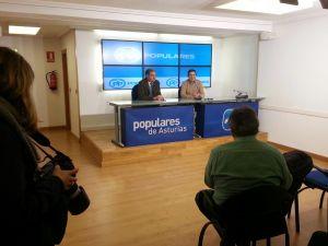 Carlos Rodríguez de la Torre y Pedro de Rueda, durante la rueda de prensa en la sede autonómica del PP.