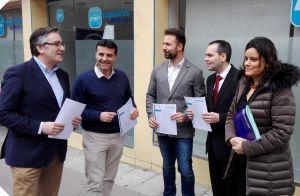 Álvaro Queipo, en Mieres, con el resto de integrantes de la ponencia