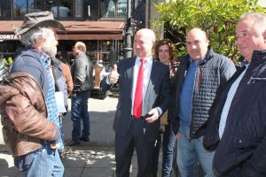 Luis Venta, con los ganaderos en el exterior de la Junta General.