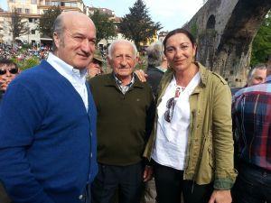 Luis Venta y Marifé Gómez, en la subasta del 'campanu' con el histórico pescador del Oriente Manuel Chaso.