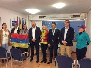 Guzmán Pendás, Pedro de Rueda e Indira Coronado, junto al concejal Pablo González y más representantes de la ciudadanía venezolana.