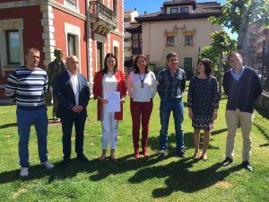 Susana López Ares, en Cangas de Onís junto a Marifé Gómez y a alcaldes y portavoces municipales del PP en el Oriente.