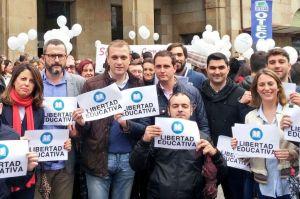 David González Medina, en el centro a la derecha, durante la manifestación a favor de la libertad en la educación celebrada en Oviedo.