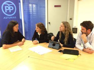 Susana López Ares, con representantes de la plataforma de trabajadores interinos.