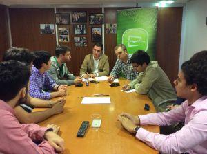 David González Medina y Pablo Álvarez-Pire, en su reunión con estudiantes universitarios.