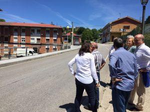 José Agustín Cuervas-Mons, junto a Mercedes Fernández, ante las viviendas de Pumarabule.