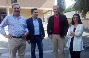 Pedro de Rueda y Carlos Suárez, ante el centro de salud de Sabugo, en Avilés.