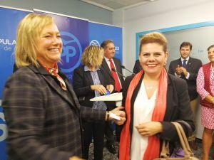 Mercedes Fernández entrega el carné del PP a una nueva afiliada del partido en Avilés.