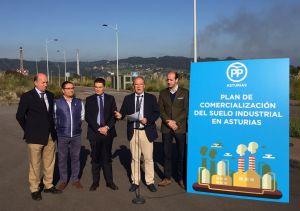 José Agustín Cuervas-Mons, junto a Pedro de Rueda y miembros del PP de Gijón, presenta en el polígono de Lloreda el plan del PP sobre suelo industrial.