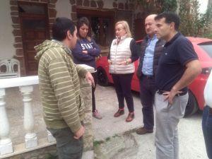Mercedes Fernández, junto a vecinos de Gillón, acompañada por Luis Venta y José Luis Fontaniella.