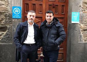 Matías Rodríguez Feito y José Luis Fontaniella,ante la sede del PP en Cangas del Narcea.