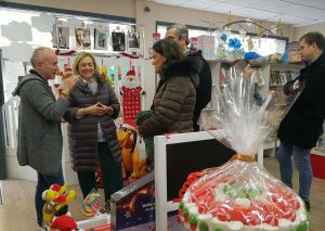 Mercedes Fernández visita un comercio en Lugones (Siero).