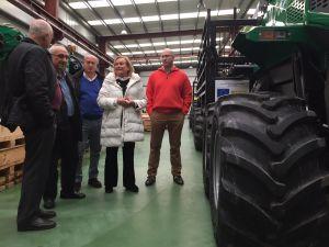Mercedes Fernández visita la empresa de maquinaria forestal Dingoma, en Coaña.