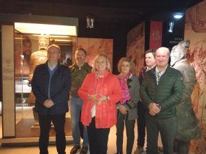 Mercedes Fernández, junto diputados del PP, durante la visita.