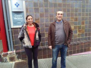 Marifé Gómez y Carlos Suárez, ante el centro de salud de Llanes.