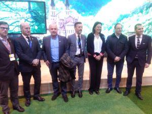 Luis Venta, junto a diputados y alcaldes del PP, ante el stand de Asturias en Fitur.