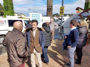 Un momento de la recogida de firmas en Navia.