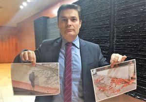 Pedro de Rueda muestra fotografías de los desperfectos en la iglesia de Caleao.