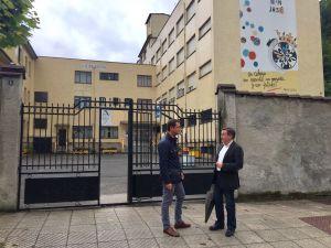 David González Medina, junto a Rafael Alonso, ante el Colegio San José de Sotrondio.