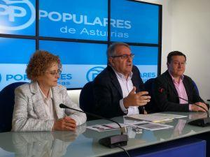 Ramón Cañal, en la sede regional del PP, entre Gloria García y Rafael Alonso.