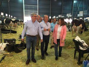 Luis Venta, en la Feria de San Antonio, junto a representantes de la junta local de Gijón.