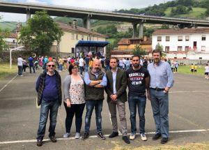 David González Medina, junto al presidente del PP de Lena, Fernando Secades; y concejales en la concentración de las familias del colegio público de Campomanes.