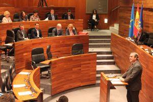 Carlos Suárez, en la tribuna de oradores de la Junta General.