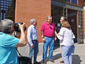 Carlos Suárez, con Mariano Marín, Pablo González y Sofía Cosmen, ante el centro de salud Severo Ochoa.