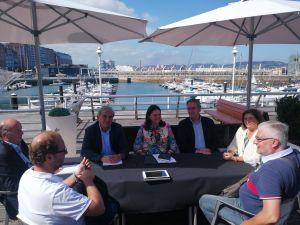 Susana López Ares y Mariano Marín, durante la rueda de prensa, con los concejales del PP de Gijón.