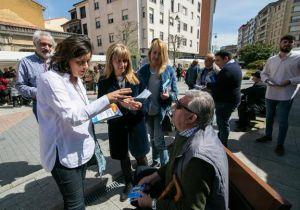 La candidata popular visitó el mercado de Pola de Siero.